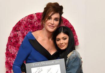 Kylie Jenner unterstützt Caitlyn Jenner Backstage bei Glamours Frauen des Jahres 2015