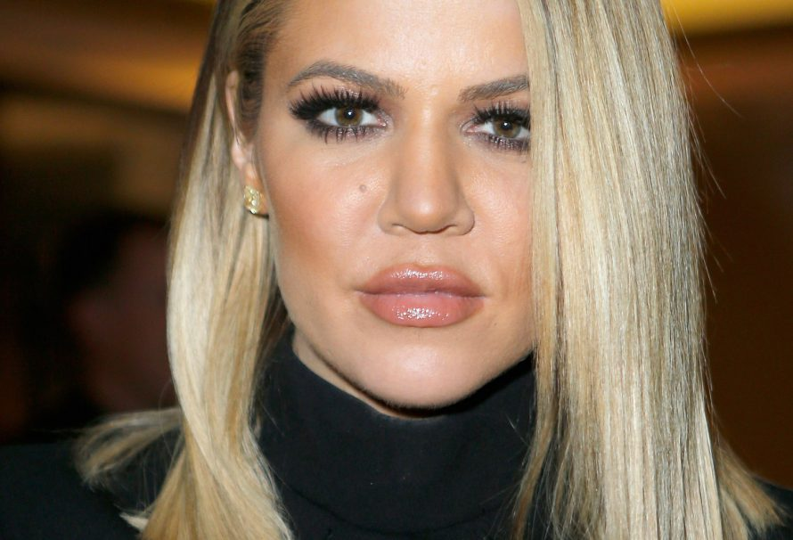 "Khloe Kardashian umarmt ihre andere ""TV Mom"" ​​auf der Hollywood-Party"